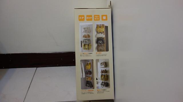 可以用門板掛勾掛在門上、或是用包裝內附的衣架掛在衣櫃內、或是釘牆上@YAMAZAKI創意包包收納架