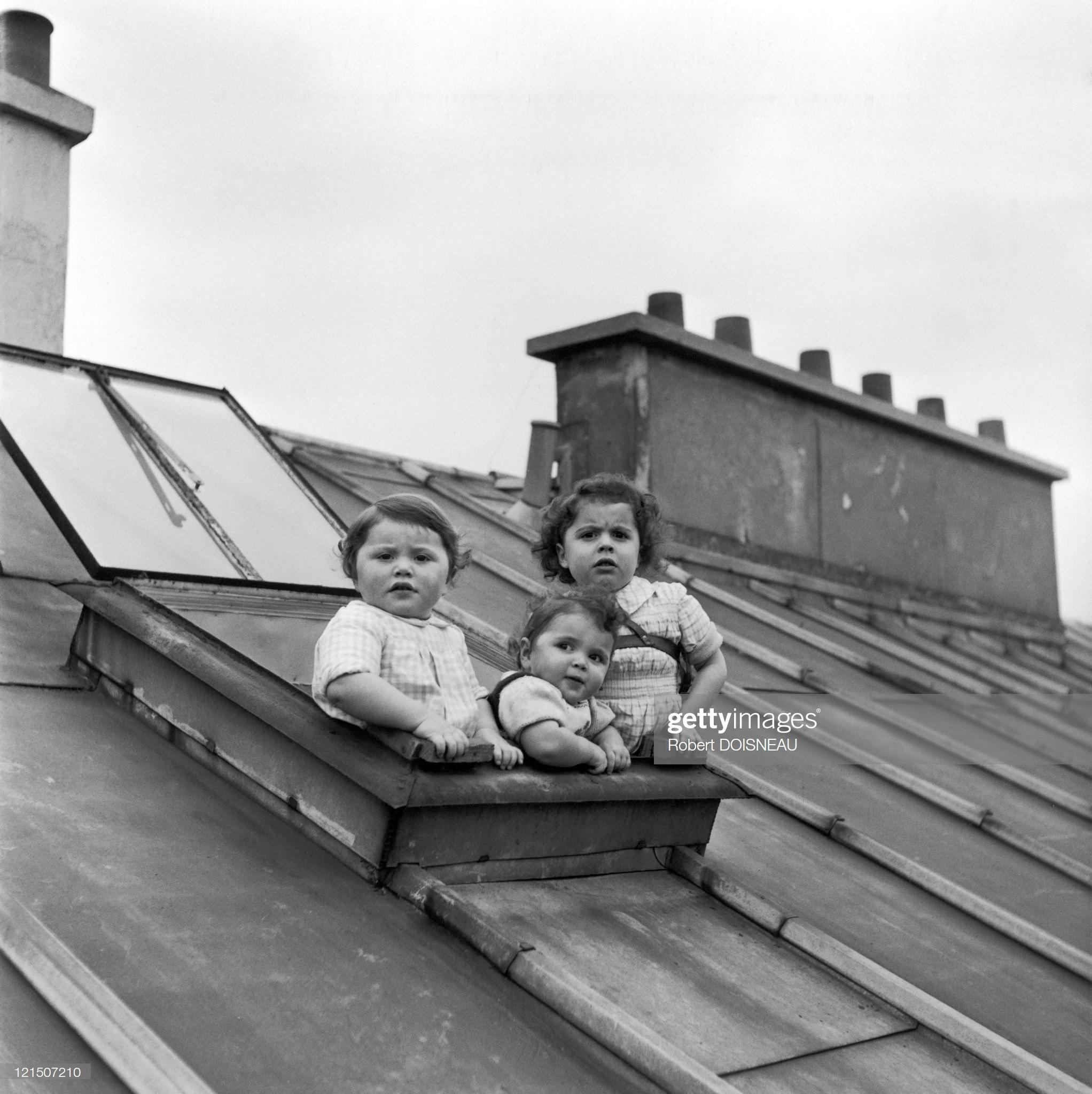 1957. Три маленьких девочки смотрят на крыши Парижа при свете фонарей