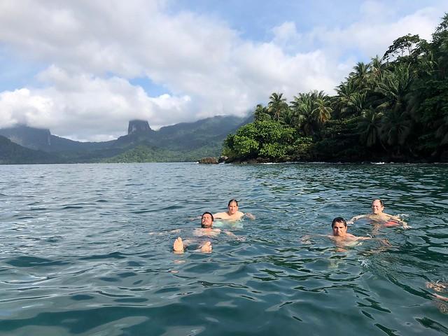 Dándonos un baño en la Baía das Agulhas de Príncipe