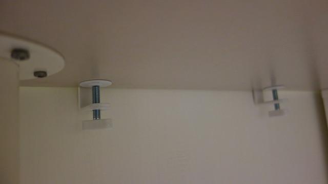 連接工具號稱適用範圍只有 5cm 以內的書桌,不過我目測覺得還有一點空間耶@IKEA SKÅDIS收納壁板