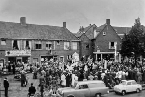 Renkum Dorpsplein Opening Bijenmonument 28 juli 1962 Collectie Dies Kosters