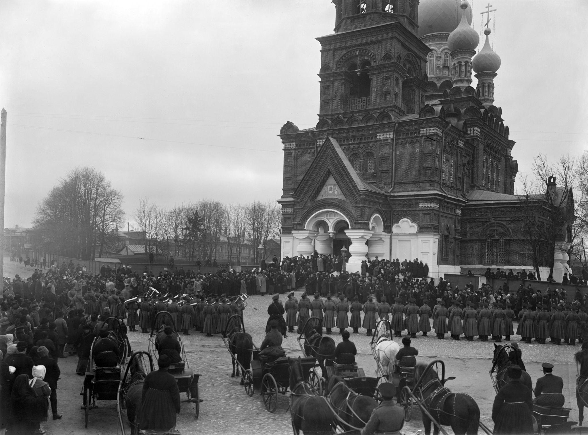 Парад войск около Спасской церкви