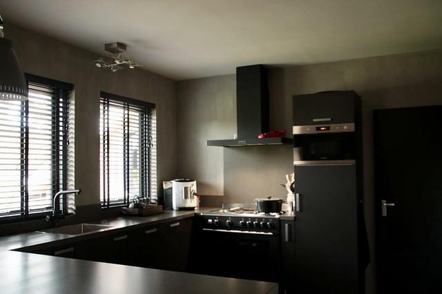 Landelijke zwarte keuken