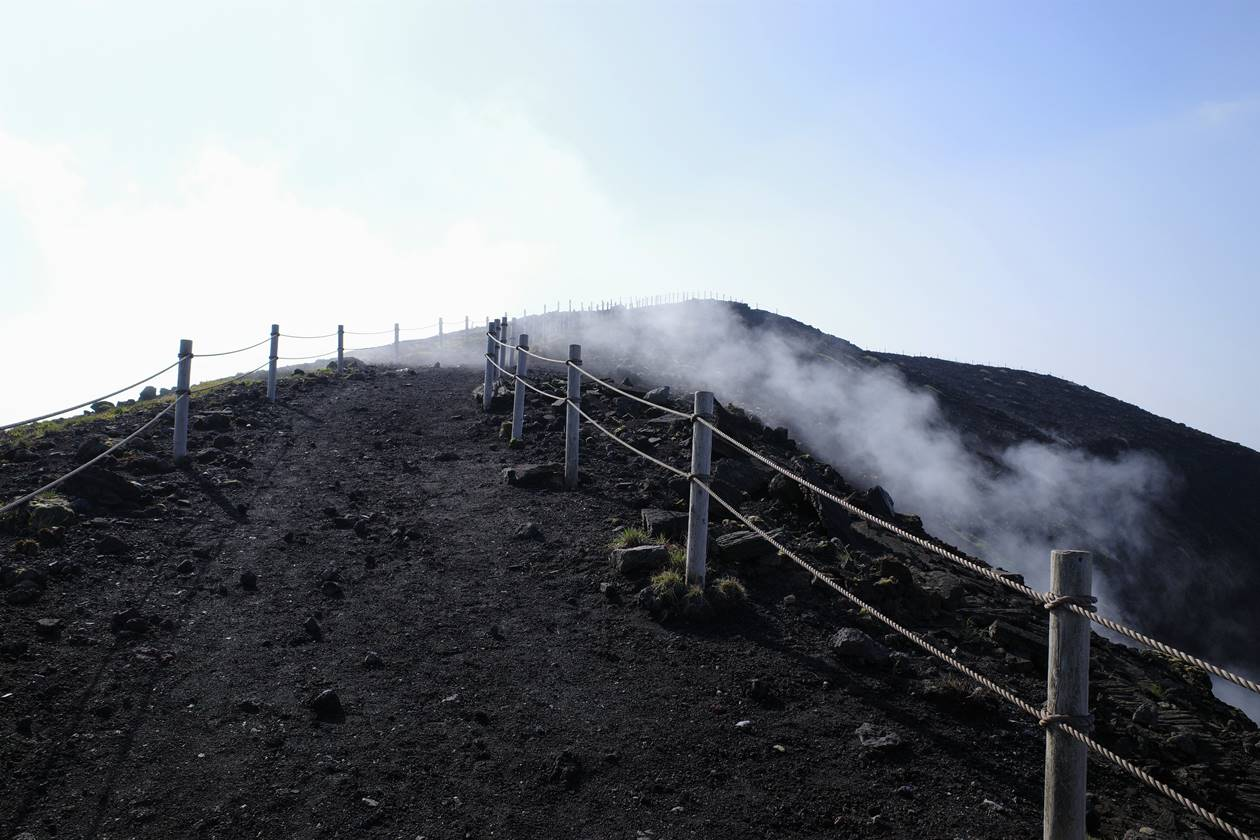伊豆大島・三原山火口周回コース 立ち込める噴気