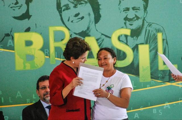 Dilma Ferreira Silva ao lado da então presidenta Dilma Rousseff (PT) - Créditos: Divulgação/MAB