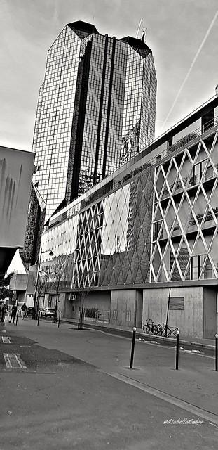 Parisian street #Paris #ParisXVe #piscinekeller #centrecommercialbeaugrenelle #Beaugrenelle @beaugrenelleparis #citylife #citystreets #Parisianlife #blackandwhite #noiretblanc #architecture #buildings #lights #reflets