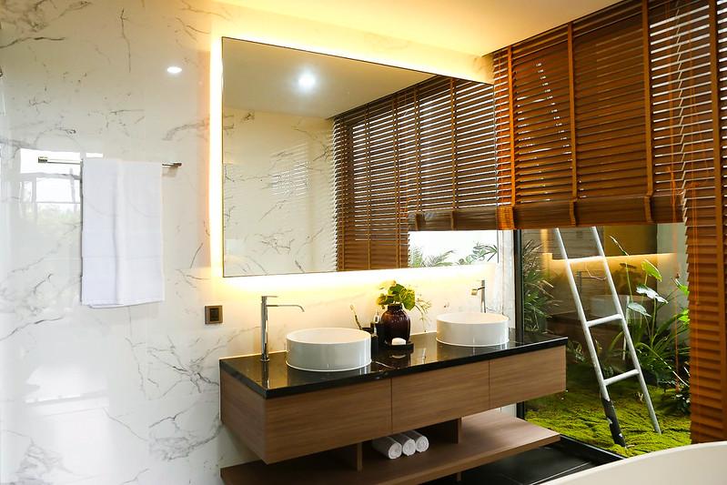 nhà tắm và gương