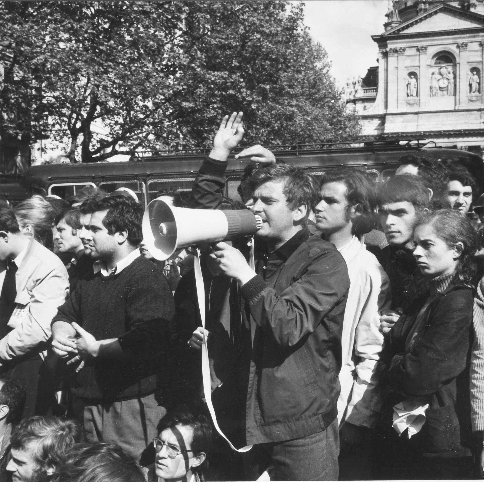 Митинг на улице Виктора Кузена после закрытия Сорбонны