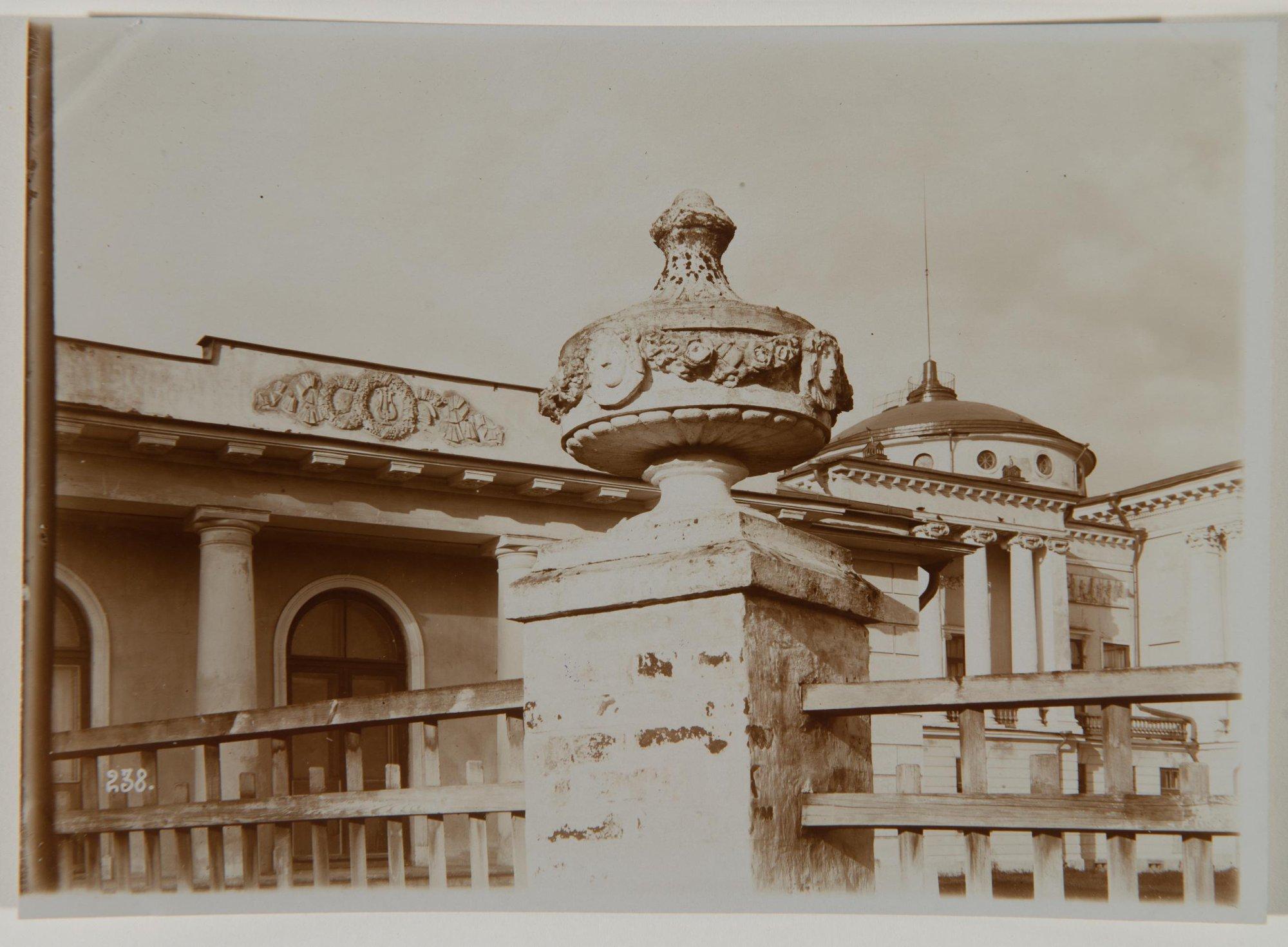 1910. Боковой флигель дворца и ваза ограды в Останкине