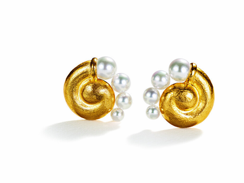 Spiral-Earclips-Virgin-Gold-Pearl-2018-hi-res
