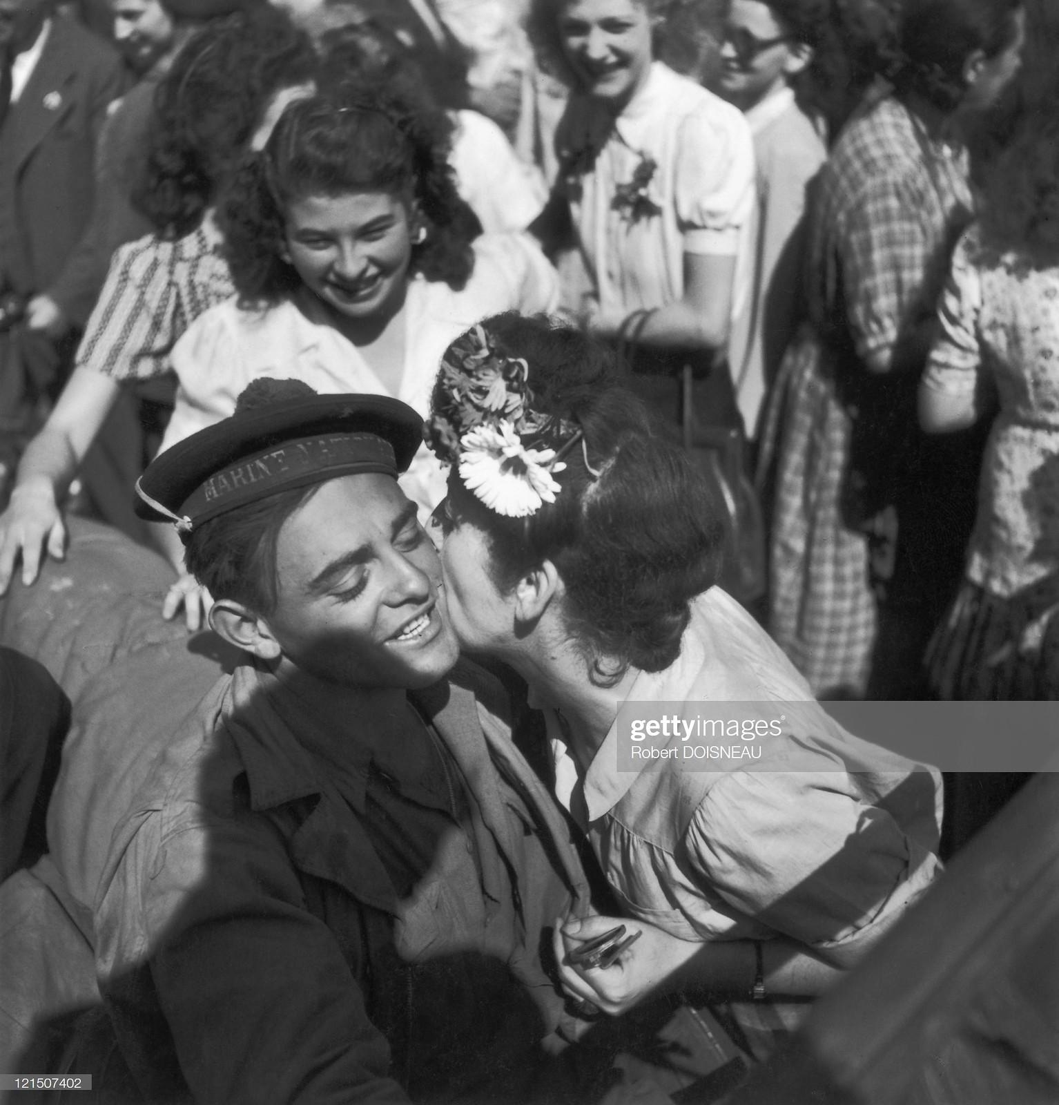 1944. Парижанка целует французского моряка на параде союзников