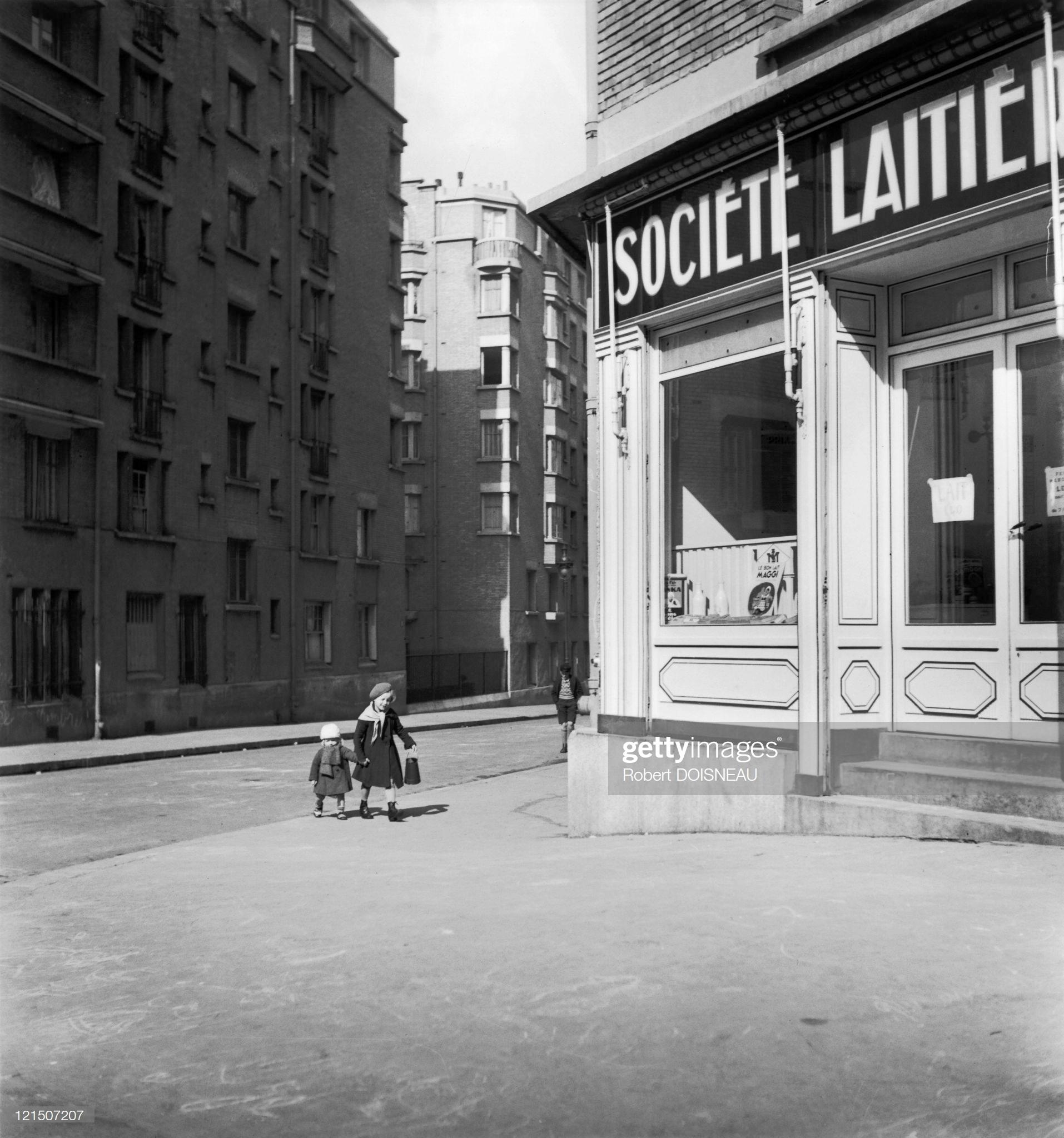 1934. Дети идут за молоком