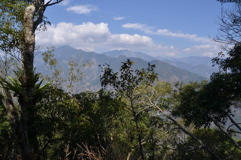 亞泥笛西北稜(1400 m)北眺群山