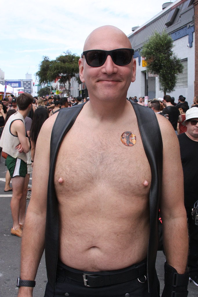 SEXY SHIRTLESS BEARMAN HUNK ! FOLSOM STREET FAIR 2018 ! ( safe photo )
