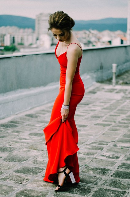 Tips on How to Wear & Accessorise A Red Dress to Prom_2