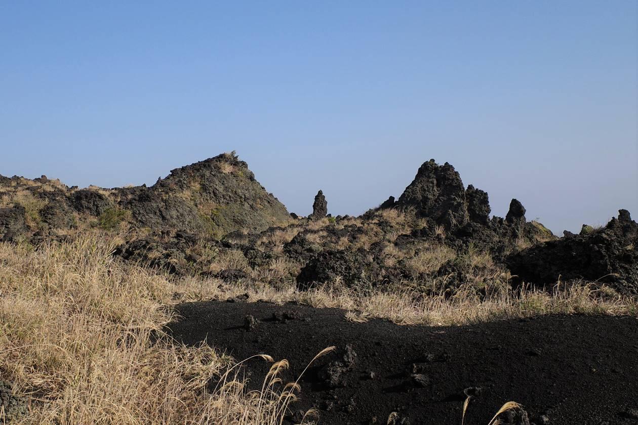 伊豆大島・三原山登山 裏砂漠の溶岩