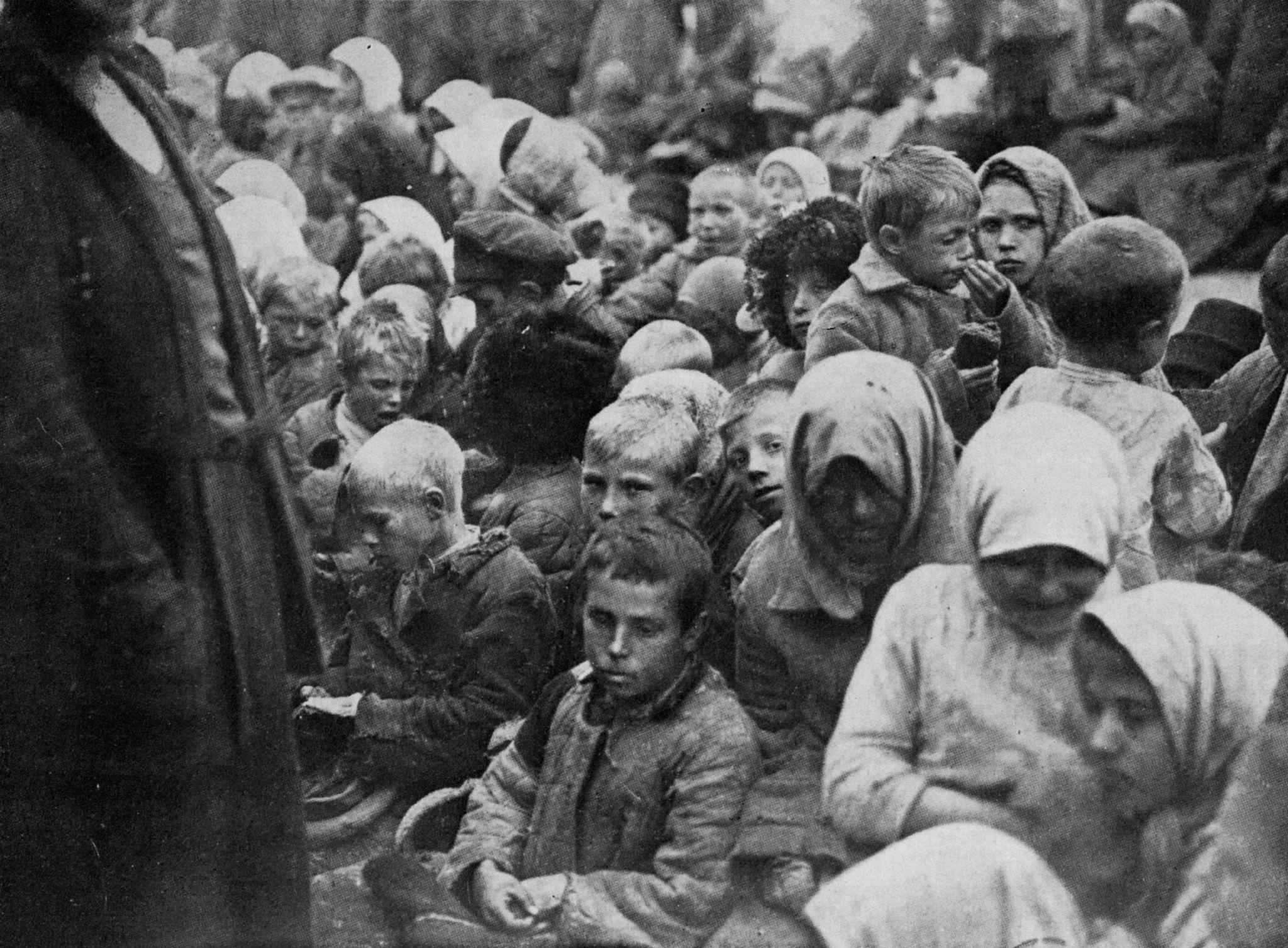 Корреспонденты западных газет с группой детей, которые только что доели данный им хлеб. Поволжье