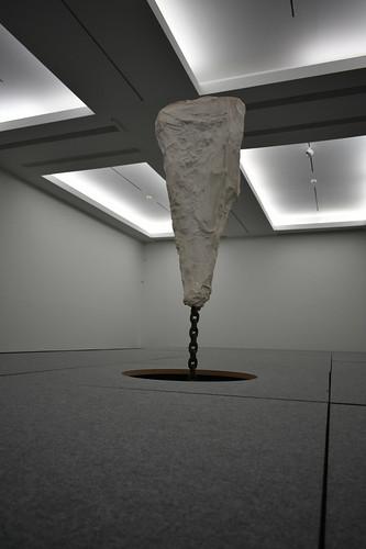 Roca colgando de una cadena
