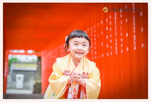 七五三 3歳の女の子 黄色の着物 赤い鳥居