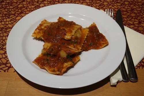 Ravioli mit Pilzfüllung und Ravioli mit Hackfüllung in Tomatensoße