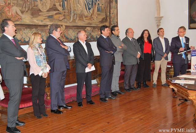 Juan Manuel Gómez, presidente de CONFAES, en primer término, en la el convenio para la creación de la Cátedra Castilla y León de Prevención de Riesgos Laborales.