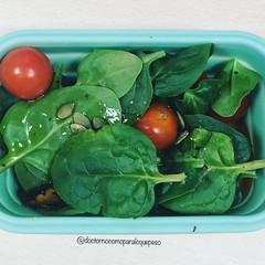 Hoy nos llenamos de folatos y vitaminas con esta ensalada de espinacas baby, cherry, rabanitos, tallarines de calabaza, pipas y AOVE #querico #healthylifestyle #saludable #nutricion #delamataoelbicho #delicious