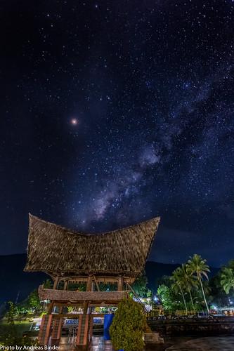 Milchstraße über den Strandhaus im Batak-Stil