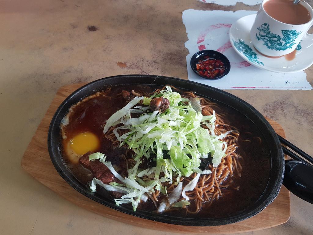 客家炸肉铁板伊面 Hakka Pork Yee Mee rm$8 & 奶茶 TehC @ 老爸面 at 百威海鲜茶餐室 Restoran Park Way SS19