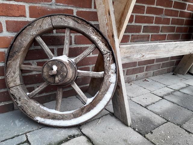 Oud wagenwiel tuintafel