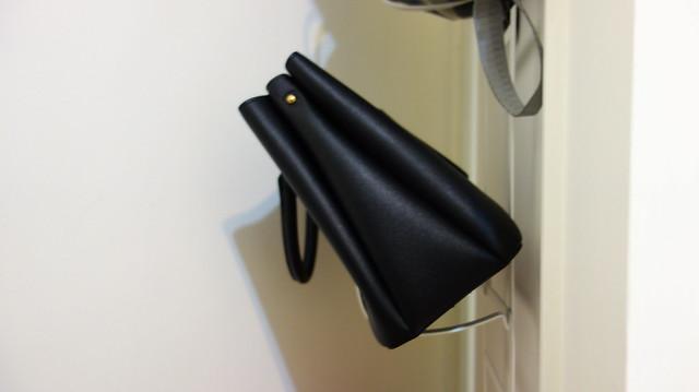 不管我怎麼想把門片打開一點,這個包都一直試著蹬牆離開這裡@YAMAZAKI創意包包收納架