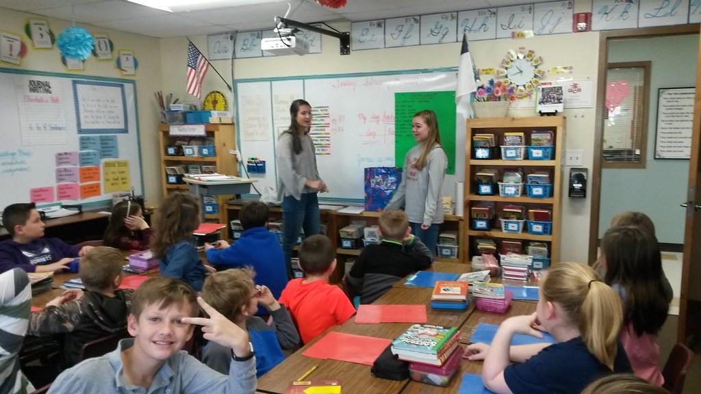 Honors Spanish III students teaching Elementary