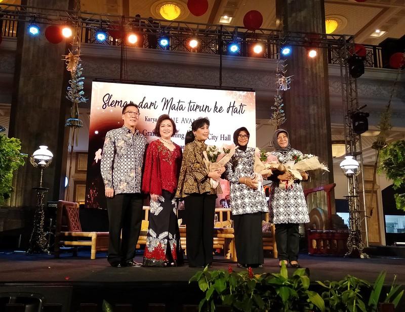 Dirut PT. Garuda Mitra Sejati, Sukeno beserta istri, Anne Avantie, Wakil Bupati Sleman Sri Muslimatun, serta Kepala Dinas Perindustrian dan Perdagangan Tri Indah Yetnani