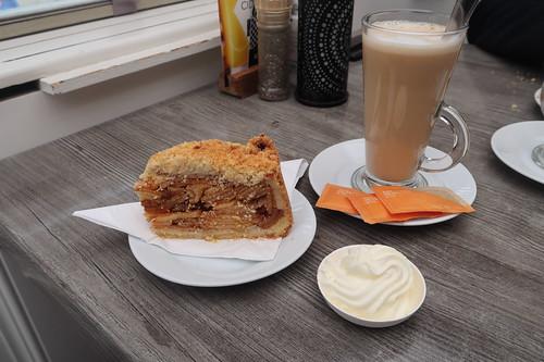 Koffie verkeert und Appeltaart im Restaurant De Haagsche Beek in Kijkduin
