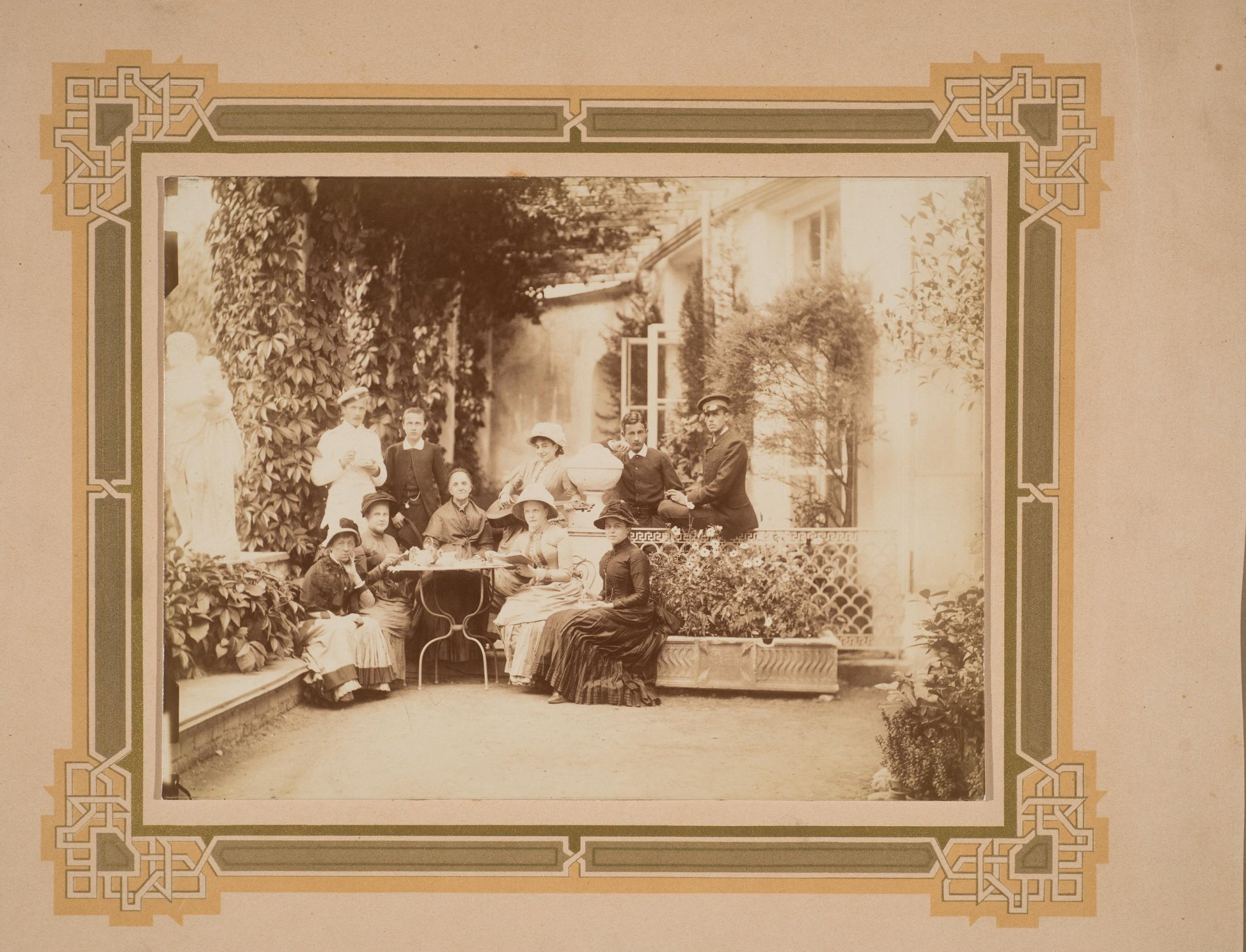 1880-е. Портрет княгини П.Б. Щербатовой с внуками в Итальянском дворике в Поречье