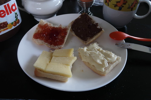 Mondseer, Camembert, Rotweingelee und Nutella auf Aufbackbrötchen