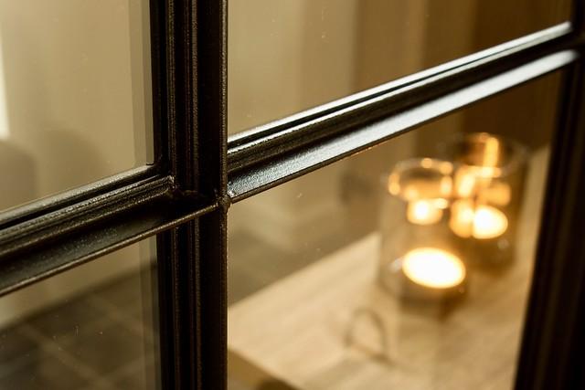 Zwarte kast met glazen deuren