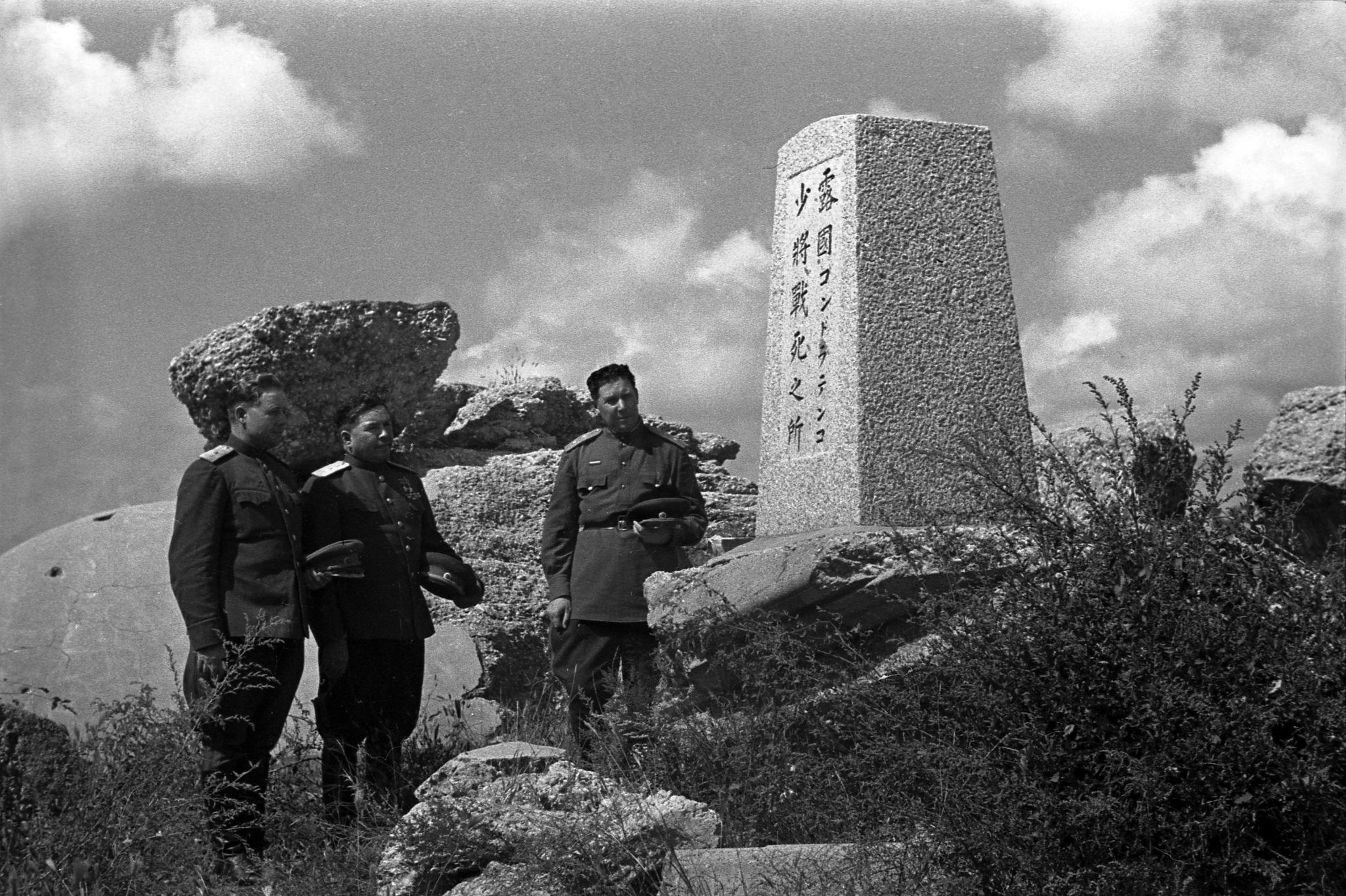 1947. Командующий 39-й армией Приморского военного округа генерал-п у памятника защитникам Порт-Артура (2)
