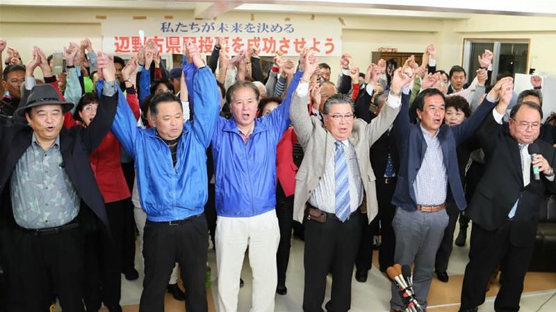 得知公投結果後的沖繩居民。(圖片來源:Jiji Press/AFP)