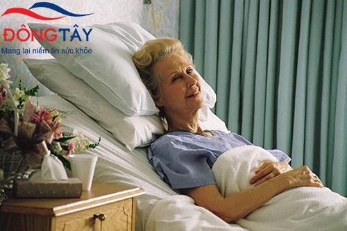 Nằm ở tư thế nửa nằm nửa ngồi bằng cách kê cao gối sẽ giúp người bệnh dễ thở hơn