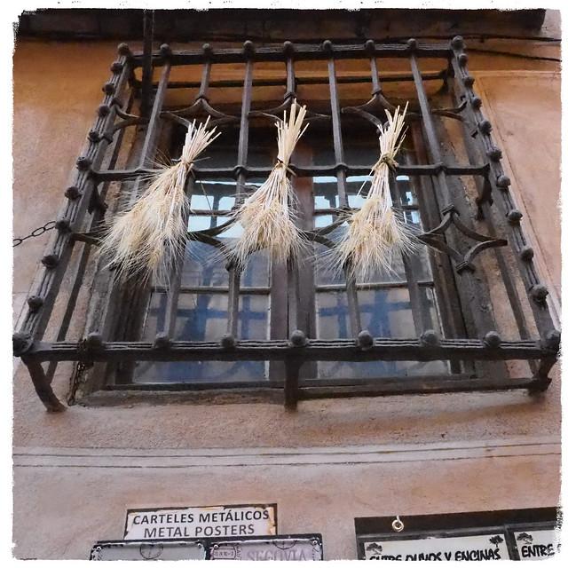 窓に小麦のスワッグ (セゴビア/スペイン)