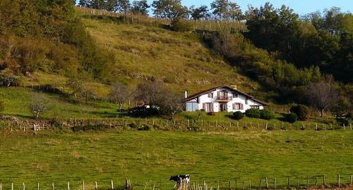 Sorhueta (Pyrénées Atlantiques, Fr) - Maison basque en zone rurale et pastorale