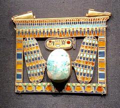 Pectoral incrusté d'or de Toutânkhamon sous en forme de naos incluant un scarabée ailée en feldspath, 1336-1326 av. J.-C.
