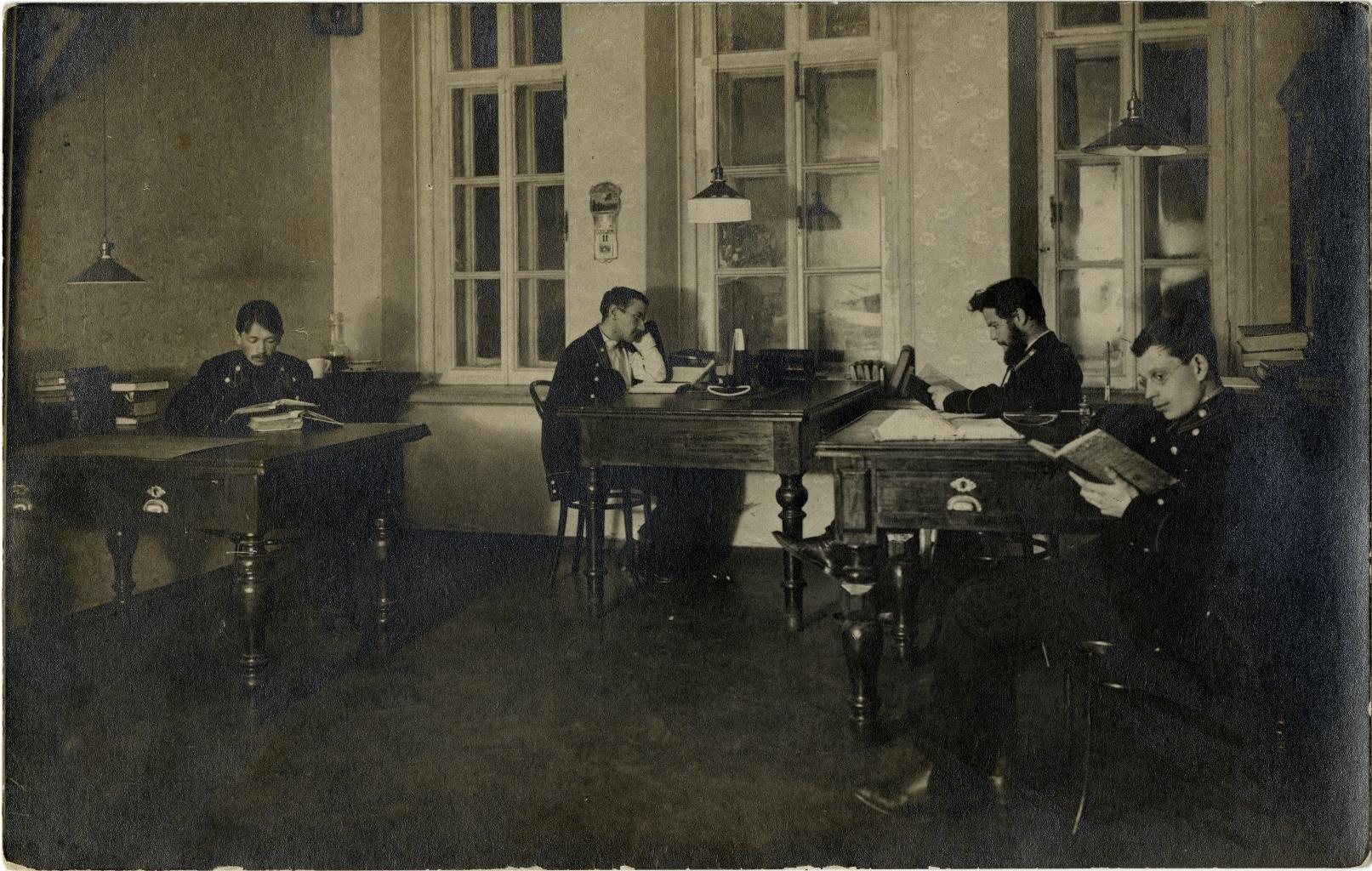 Студенты Московской Духовной Академии за чтением (1)