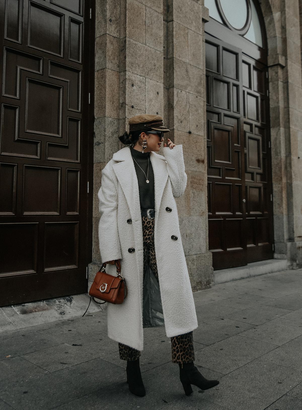 pantalones-leopardo-look-botines-ysl-streetstyle7