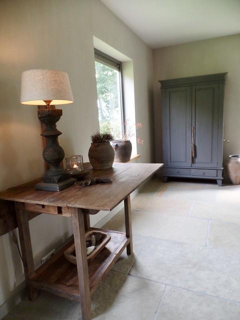 Sidetable balusterlamp kruik houten trog