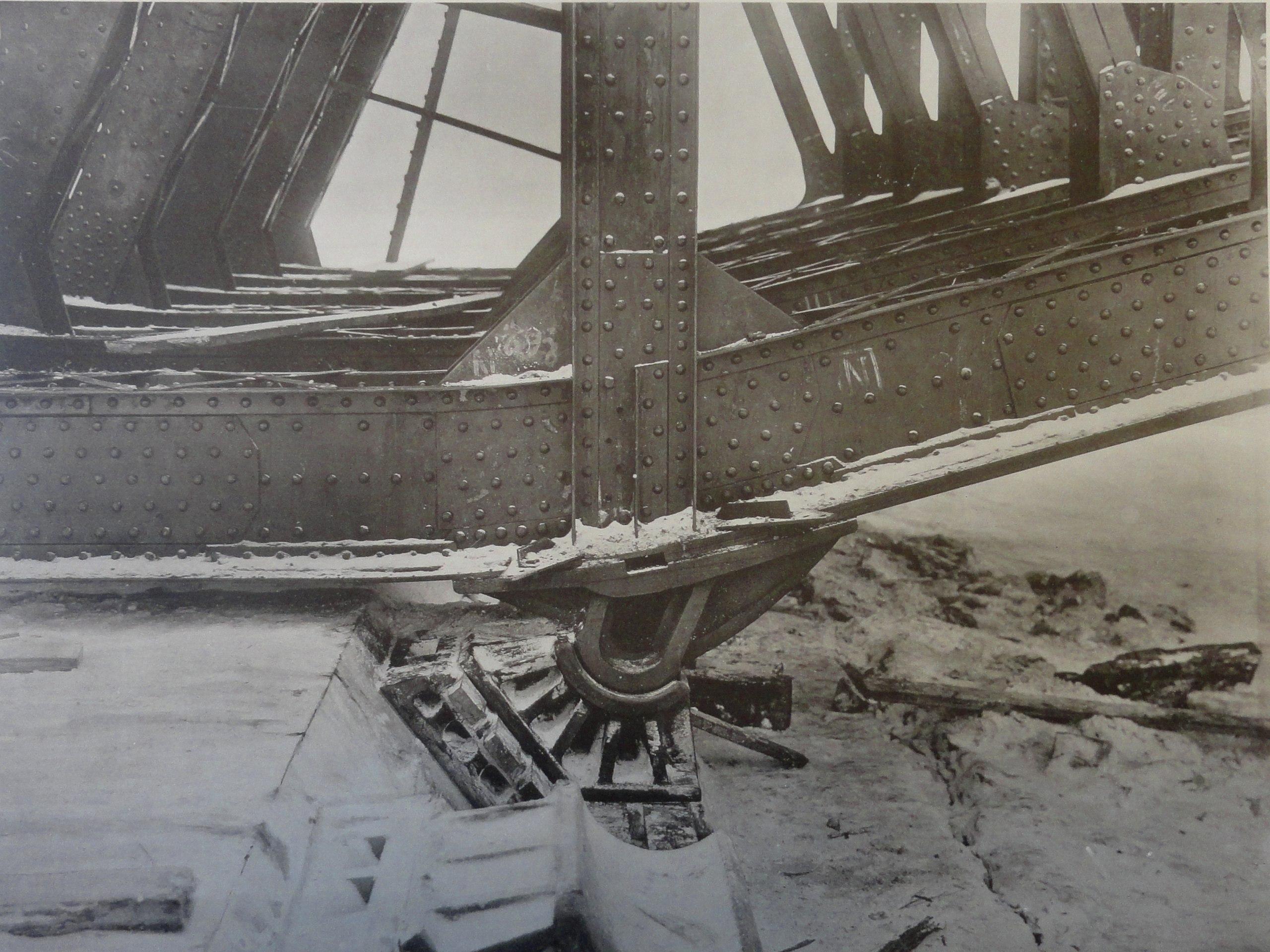 1901. Пятовые шарниры арочного пролета на быке №5. 6 января