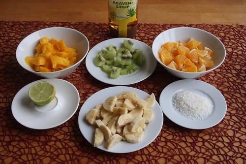 Mango, Kiwi, Orange, Limette, Banane, Kokosflocken und Agavensirup = Zutaten für meinen Tropischen Fruchtsalat