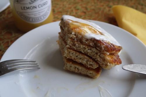 Joghurt-Pancakes mit Lemon Curd (angeschnittener Stapel)