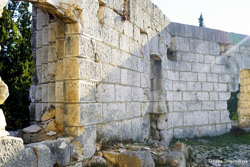 Крепостная стена с амбразурами