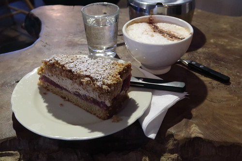 Cappuccino-Kirsch-Torte und Cappuccino
